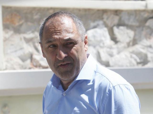Παπαθανασάκης: «Χαρίζω τις μετοχές»